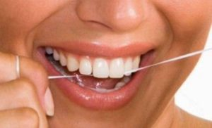 Διατηρήστε καθαρά τα δόντια, τη γλώσσα και τα ούλα